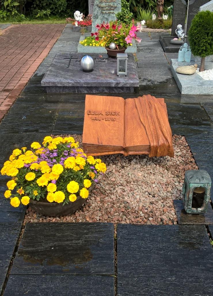 Urnengrabmal Friedhof Durmersheim, Buch mit Grabtuch, Eiche behandelt, 55 x 42 x 12 cm
