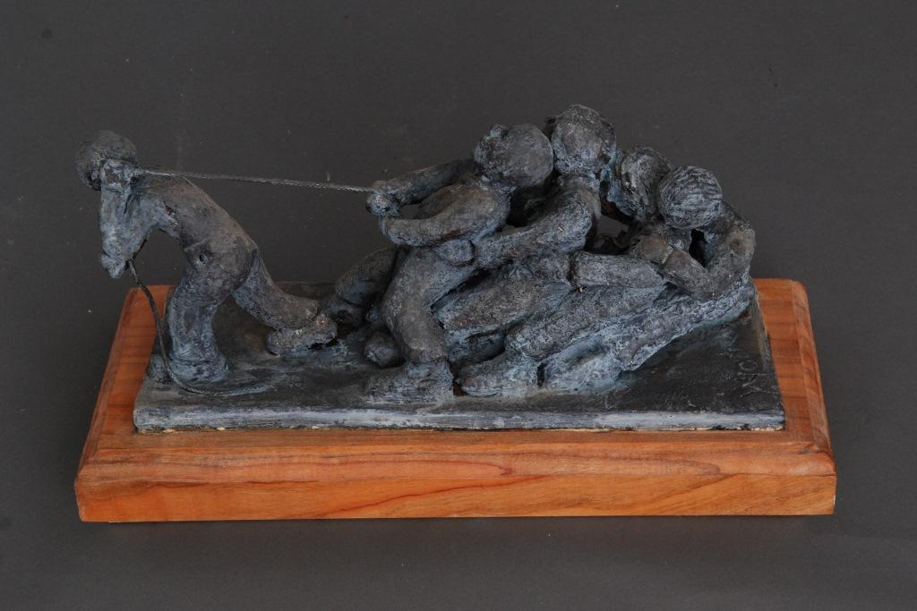 Zugkräftig, Keramik auf Kirschholzsockel, 54 x 23 x 20 cm