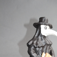 Nostradamus als Pestarzt, Keramik, 25 x 15 x 9 cm