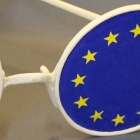 Europabrille, Linde teilweise, bemalt 90 x 110 x 34 cm